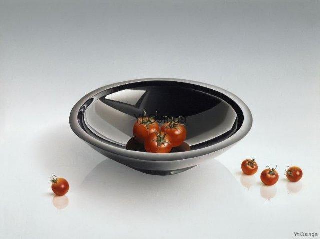 Zwarte schaal met tomaatjes