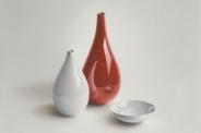 Rode en witte vaas met schaaltje