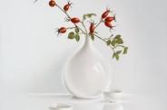 Vaas met rozenbotteltjes